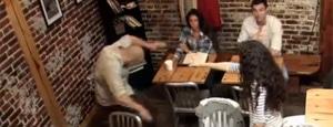 [Streich] Carrie: Passanten kriegen Carrie's Wut zu spüren