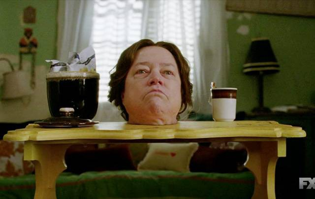 """Kathy Bates in ihrer Rolle als """"Madame Delphine LaLaurie"""" in American Horror Story: Coven. Naja, zumindest ihr Kopf..."""
