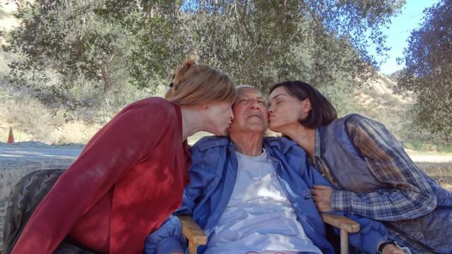 Regisseur Meir Zarchi lässt es sich gut gehen: Links Camille Keaton, Rechts Jamie Bernadette