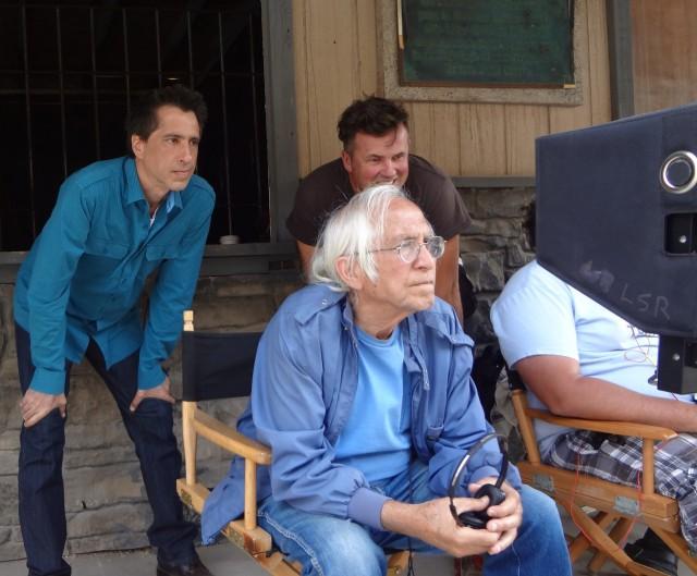 Meir Zarchi sitzt seit 1985 zum ersten Mal wieder auf dem Regiestuhl. Links hinter ihm Produzent Terry Zarchi, Rechts Kameramann Pedja Radenkovic.